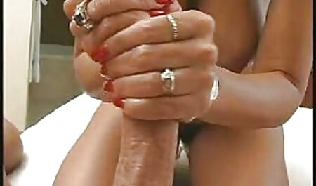 אישה רזה סקסלצפייה עם פירסינג דק.